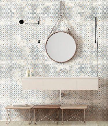 salle de bains avec carrelage à motifs de moucharabiehs