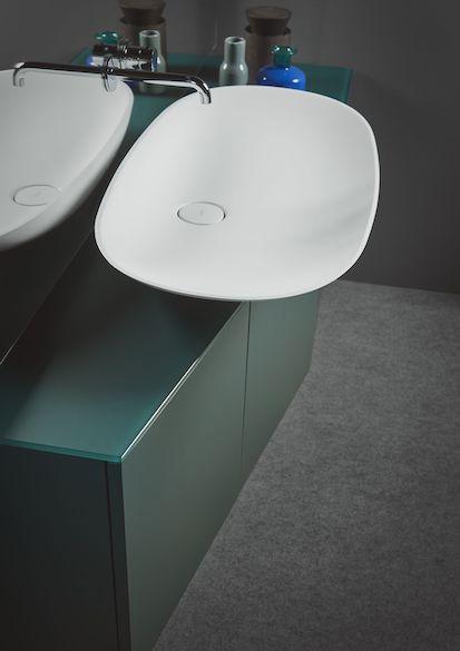 meuble salle de bain vert avec vasque blanche débordante
