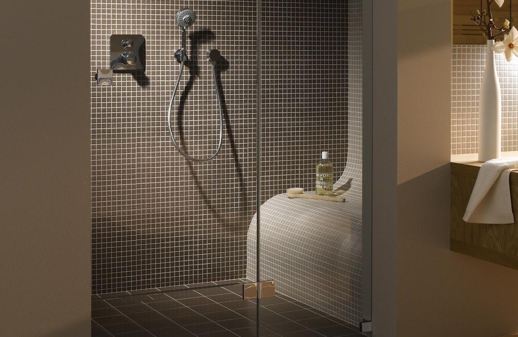 Une douche avec un banc carrelé à l'intérieur
