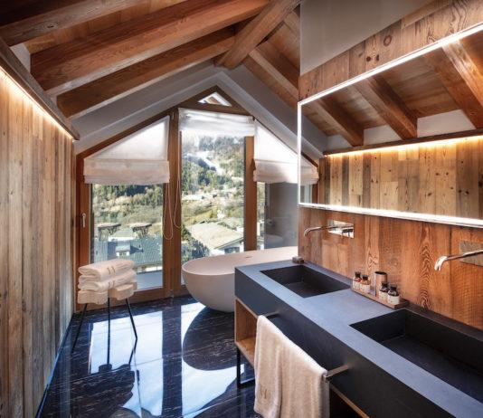 Une salle de bains aux murs habillés de planches de bois