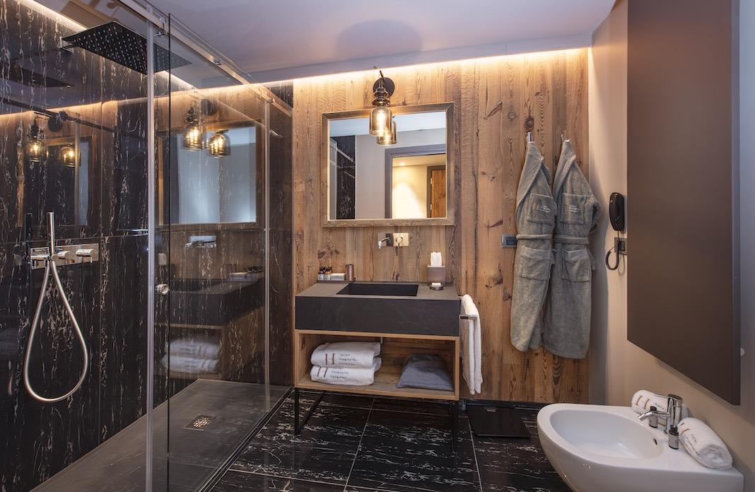 salle de bains murs planches bois
