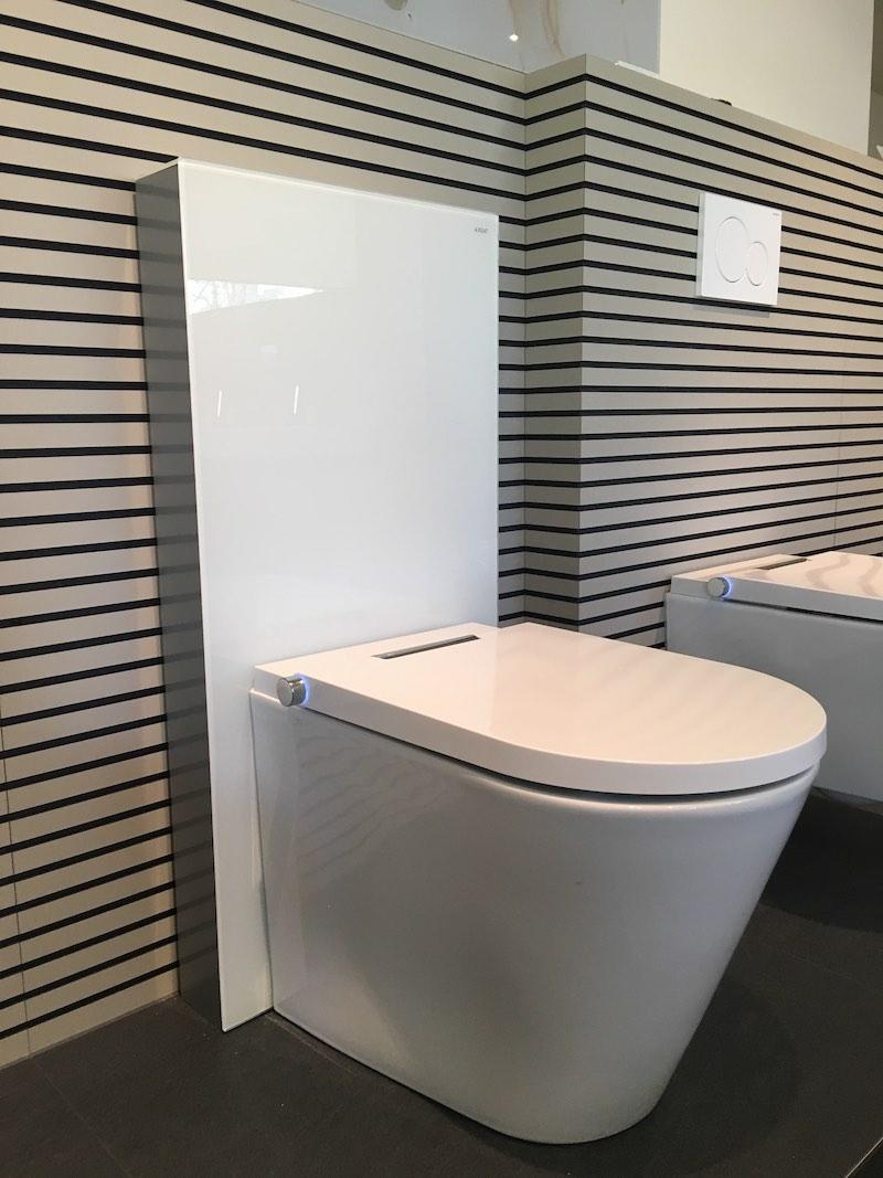 WC lavant au sol avec panneau sanitaire blanc