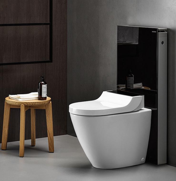 WC lavant sur pied posé devant un panneau WC noir
