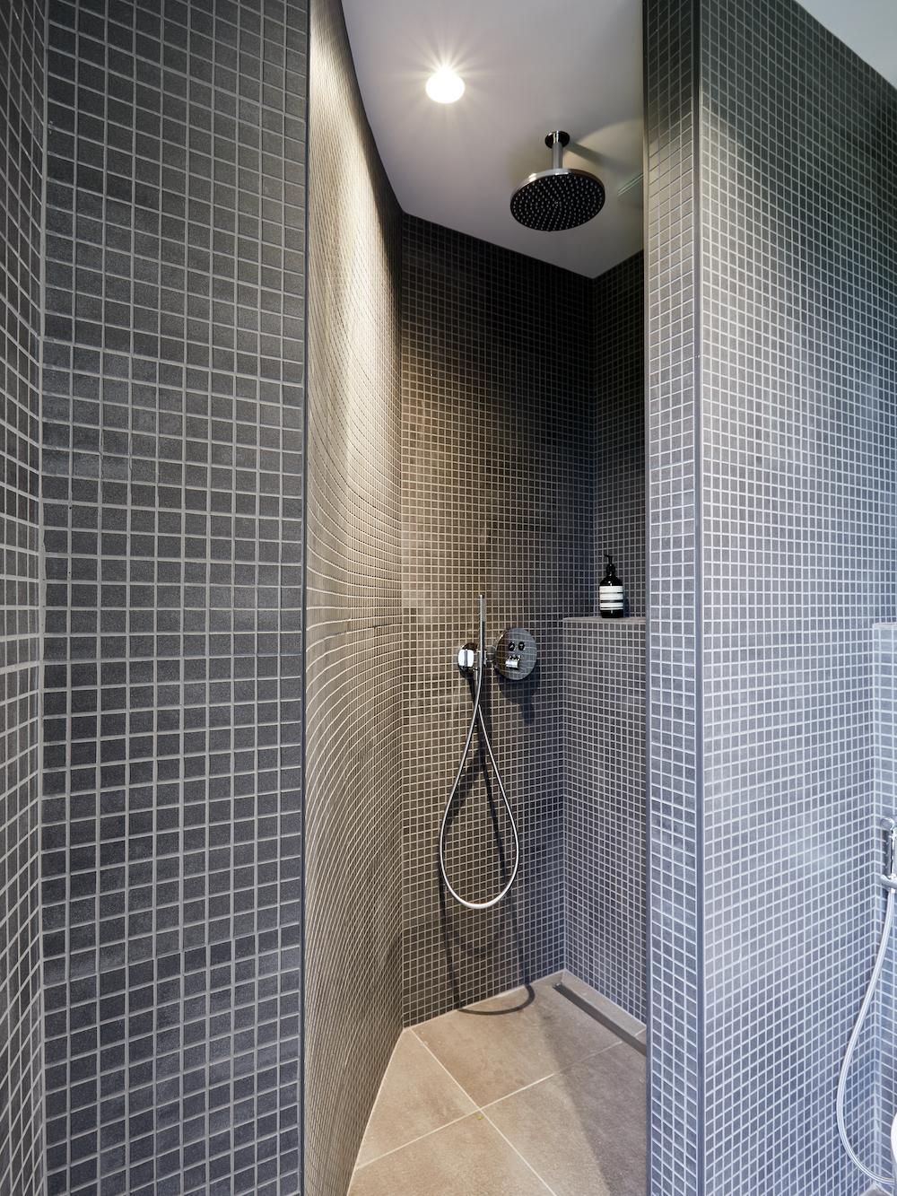 douche ouverte en mosaïque grise