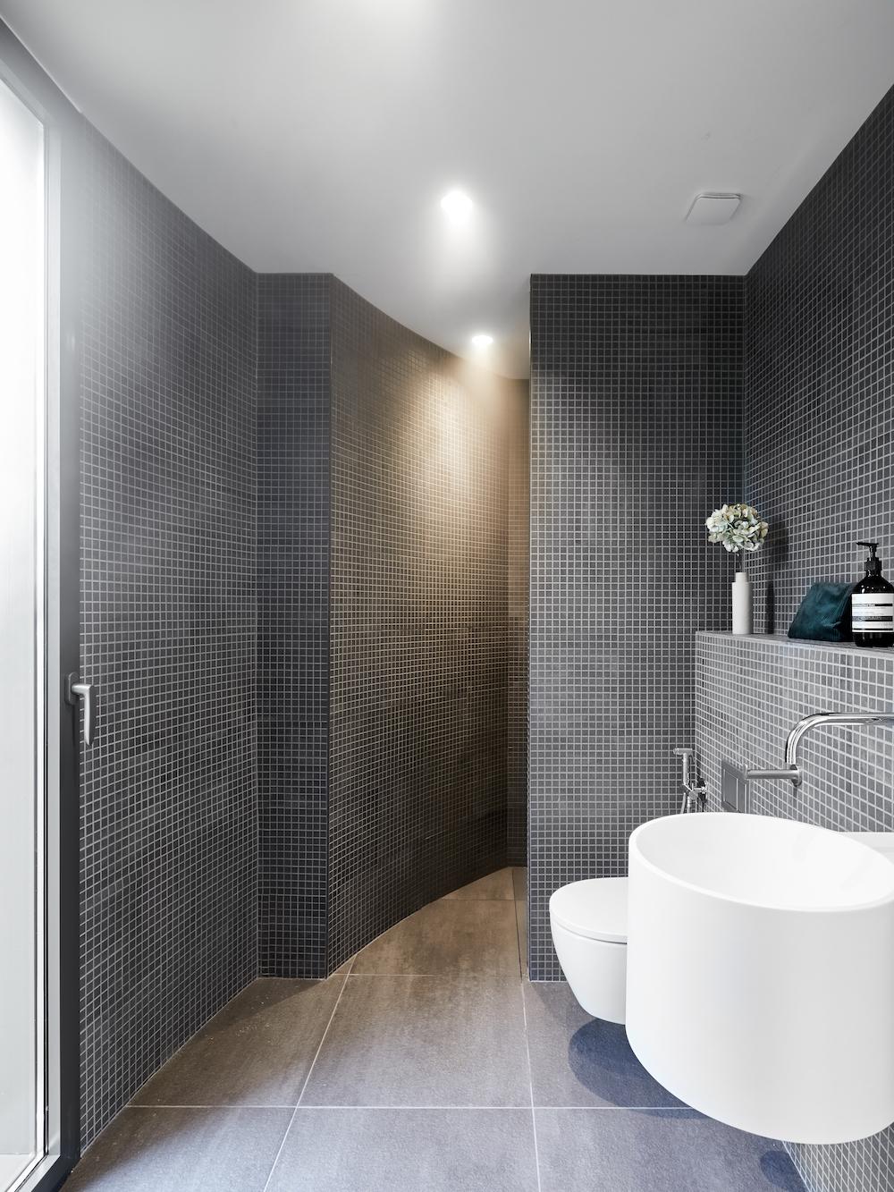 salle de bains en mosaique grise