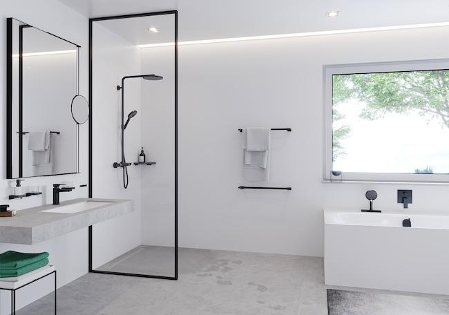 salle de bains blanche avec robinets noirs
