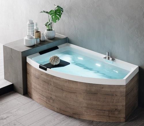 baignoire asymétrique Divina de Novellini avec un tablier façon bois