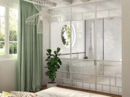 une salle de bains classique et chic derrière des portes verrières blanches