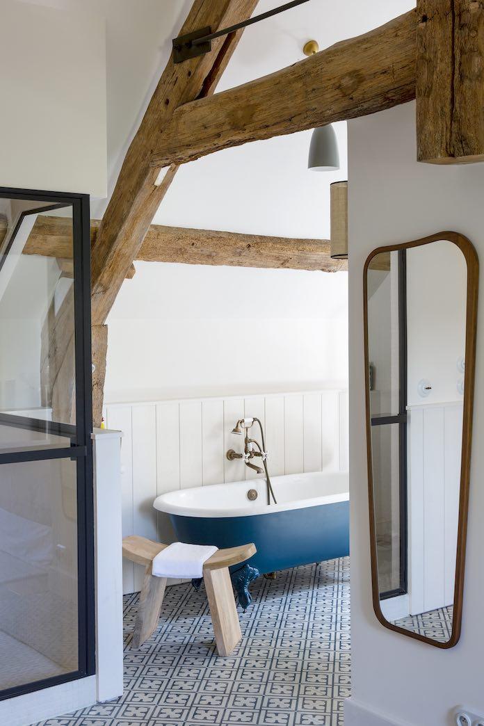 baignoire rétro bleue avec un tabouret de yoga devant