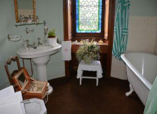une salle de bains rétro de style boudoir