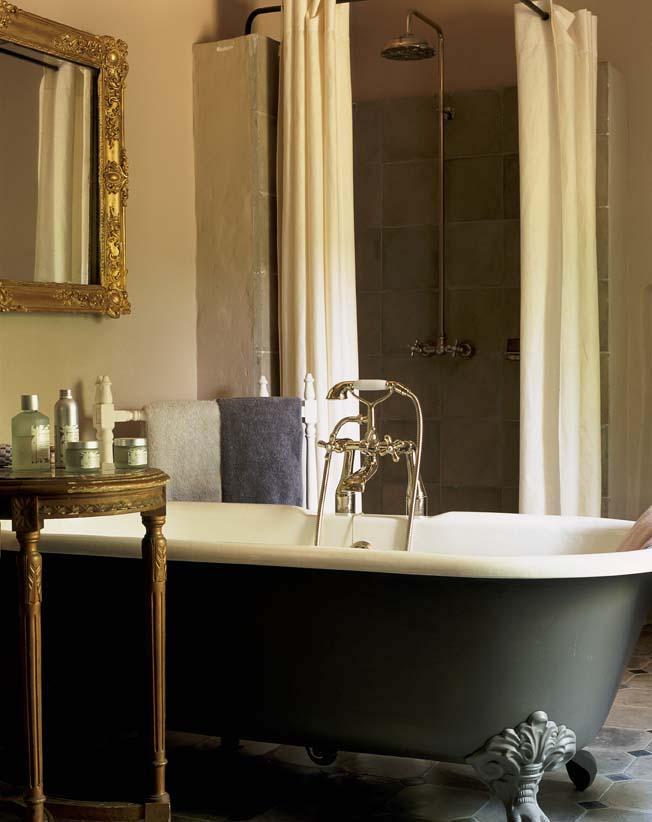 baignoire rétro dans une salle de bains façon boudoir