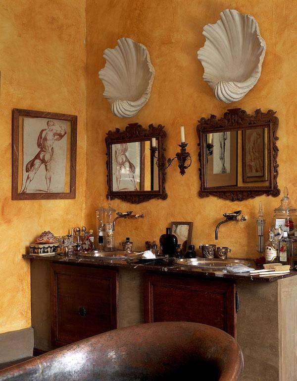 salle de bains boudoir avec objets chinés