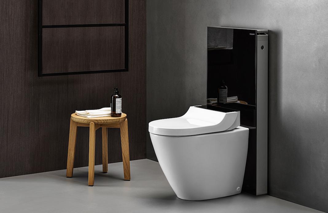 WC lavant au sol posé avec un panneau sanitaire noir Monolith de Geberit