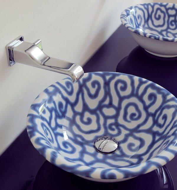 vasque ronde en céramique décorée de volutes bleues