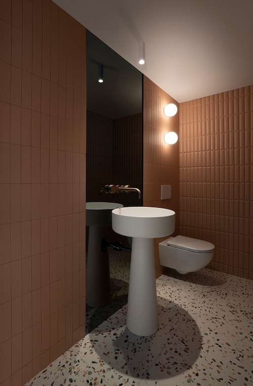 vasque totem sur mur habillé de carreau brique