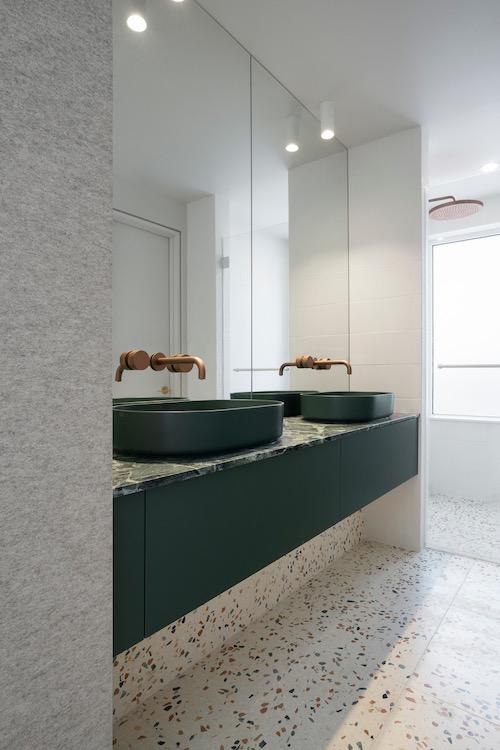 meuble de salle de bain avec deux vasques vertes