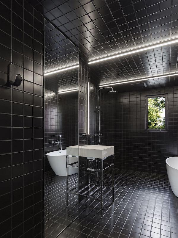 salle de bains habillée de carrelage noir