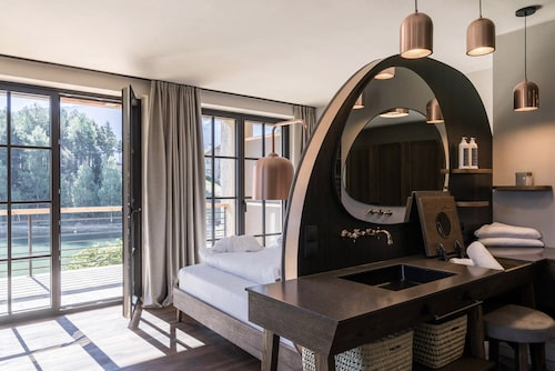un plan vasque caché derrière une tête de lit en forme d'arche