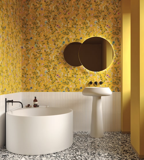 Salle de bains avec un mur en carrelage jaune fleuri