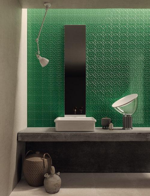 vasque sur plan en ciment et mur en carrelage vert